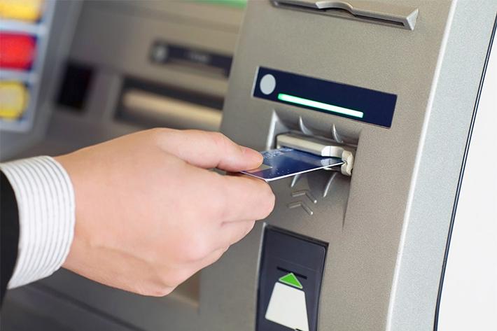 фото банкомат и клиент